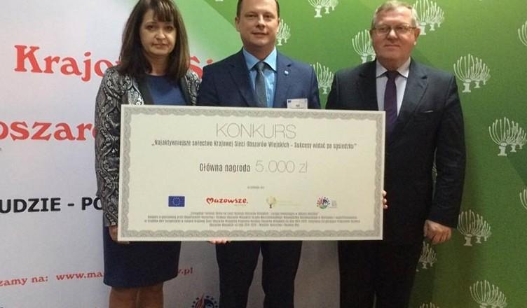 Paweł Bednarczyk odbiera nagrodę-gazeta-752Q100
